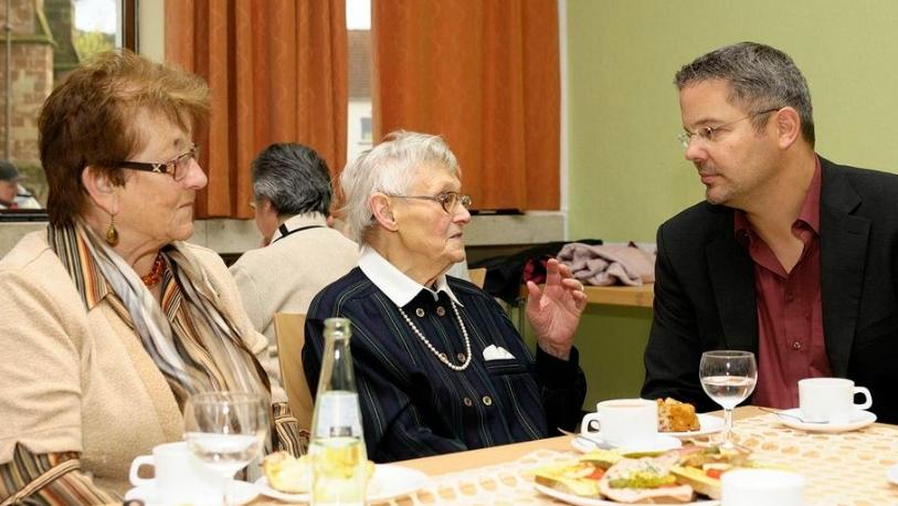 Jochen Kuttler im Gespräch mit älteren Mitbürgern.